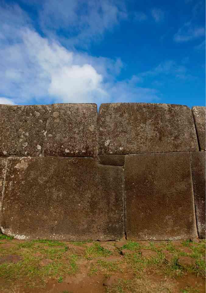 ¿Sacsayhuamán? No, Isla de Pascua (Chile) en la Polinesia.