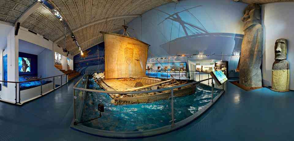 Balsa original utilizada por el explorador noruego Thor Heyerdahl, y con la que demostró que si era posible llegar desde las costas sudamericanas a la polinesia con la tecnología de la epoca. (Museo Kon-Tiki, Oslo Noruega)