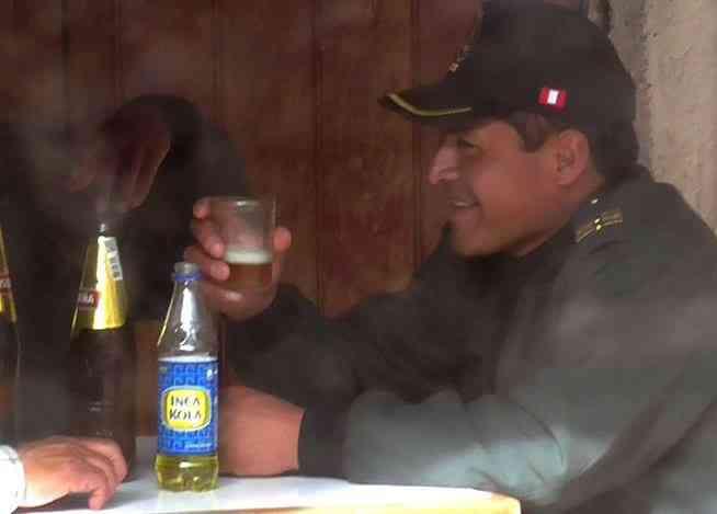 INDIGNANTE: Policias captados tomando cerveza en Yanaoca Cusco